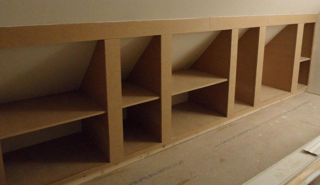 Skabe til under skråvæggen i soveværelse