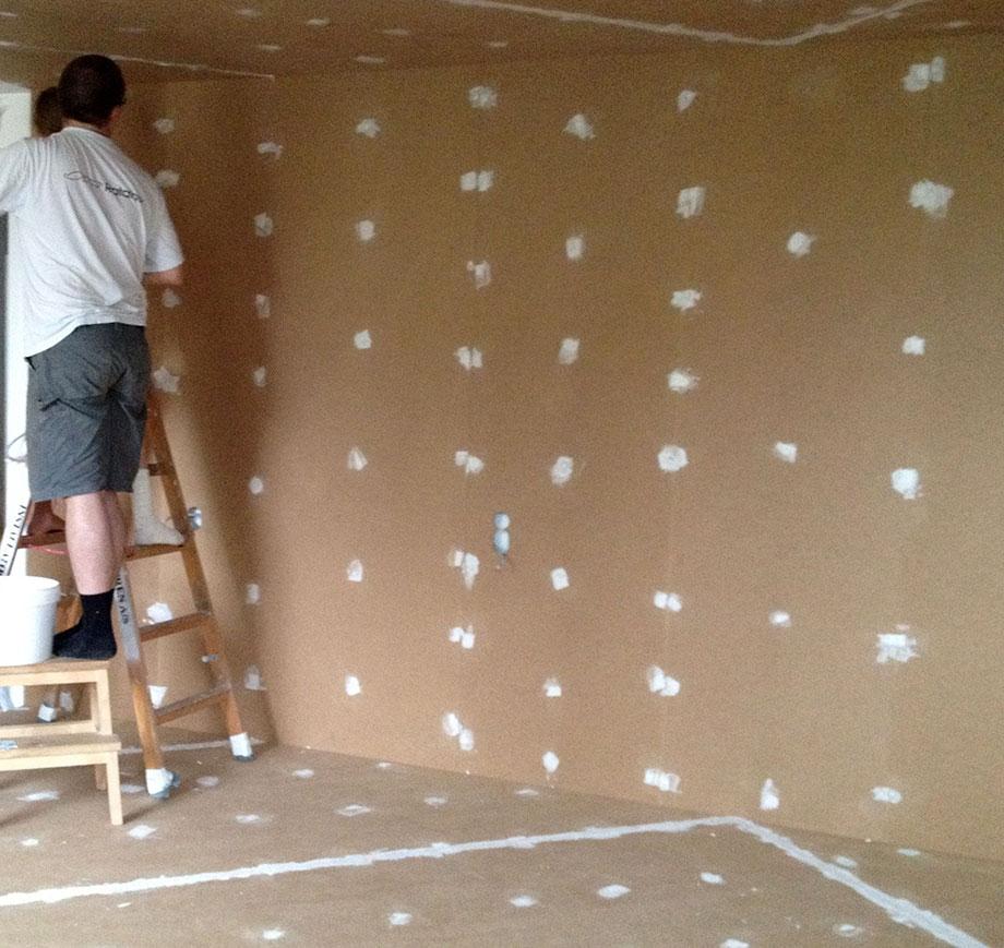 Overfladerne spartles inden de bliver malet i det nye rum
