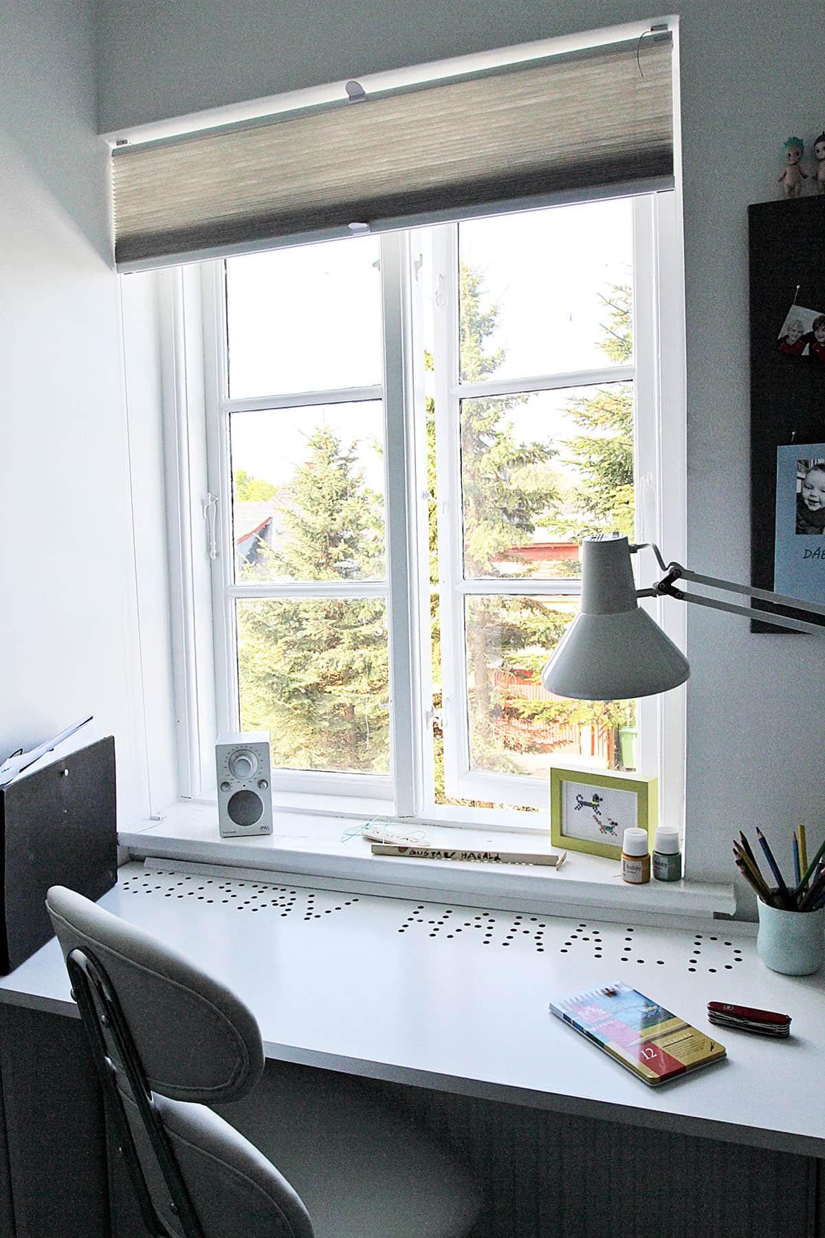 Skrivebord på drengeværelse