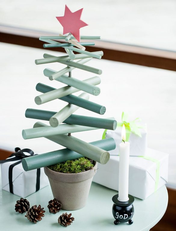 Hjemmelavet juletræ af rundstokke