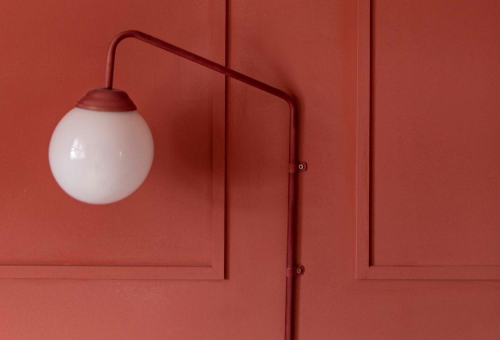 Kuglelampe på væg med paneler