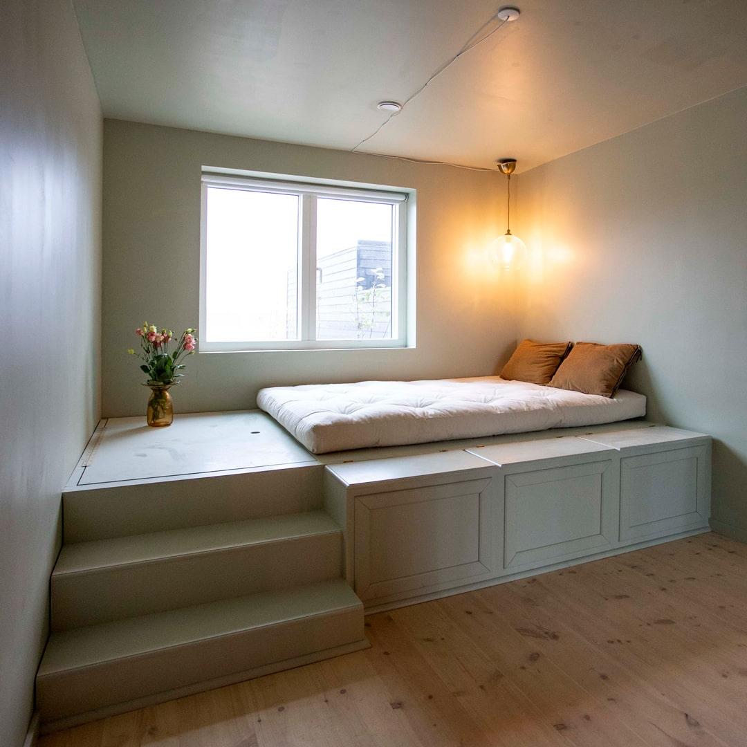 Mintgrøn seng i det grønne værelse hos Sif og Mathias fra Nybyggerne sæson 5
