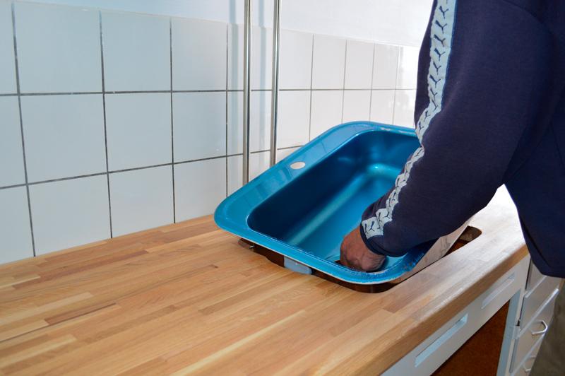 Placer vasken i hullet