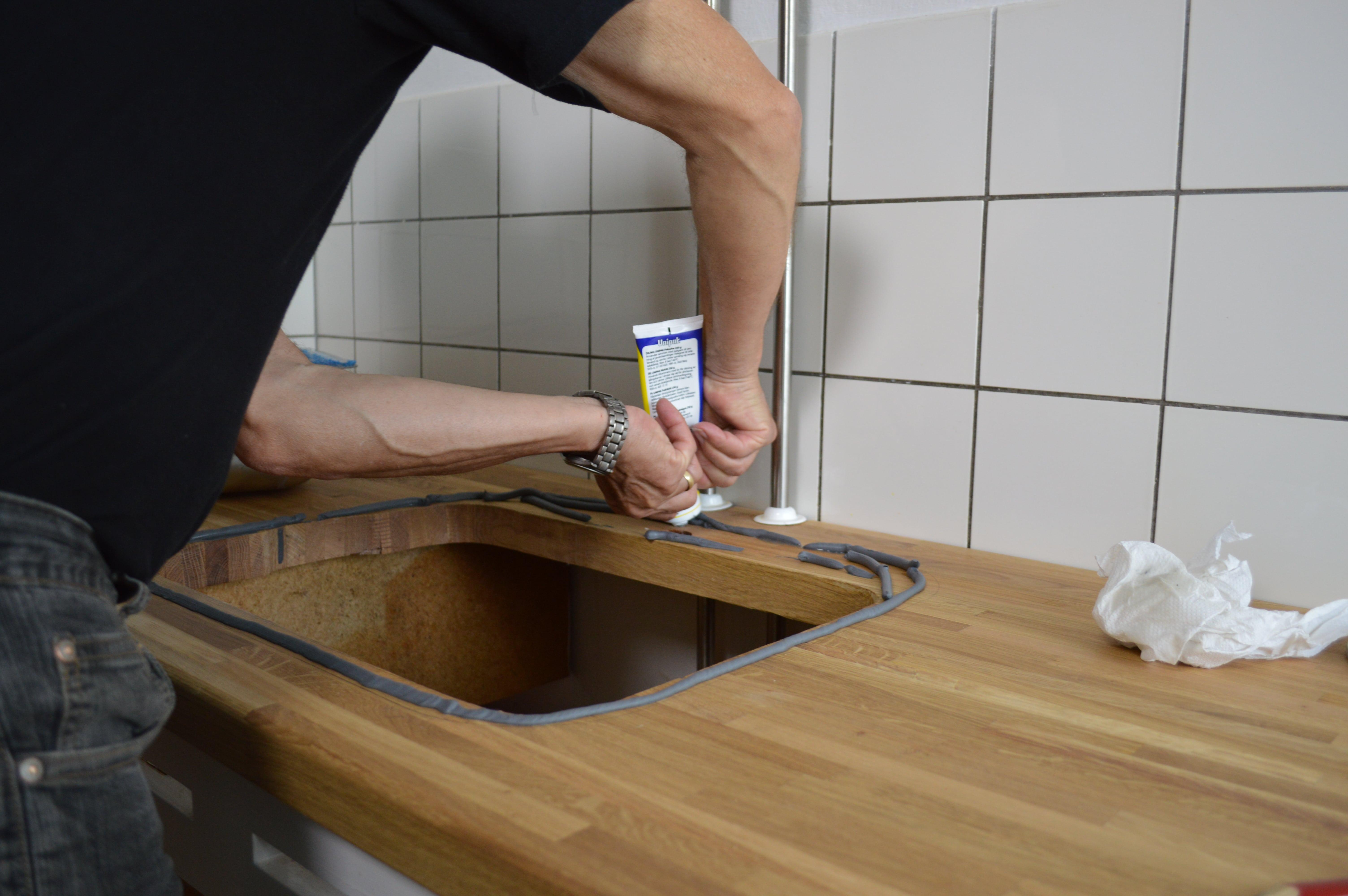 Påfør silikone rundt om vaskehullet