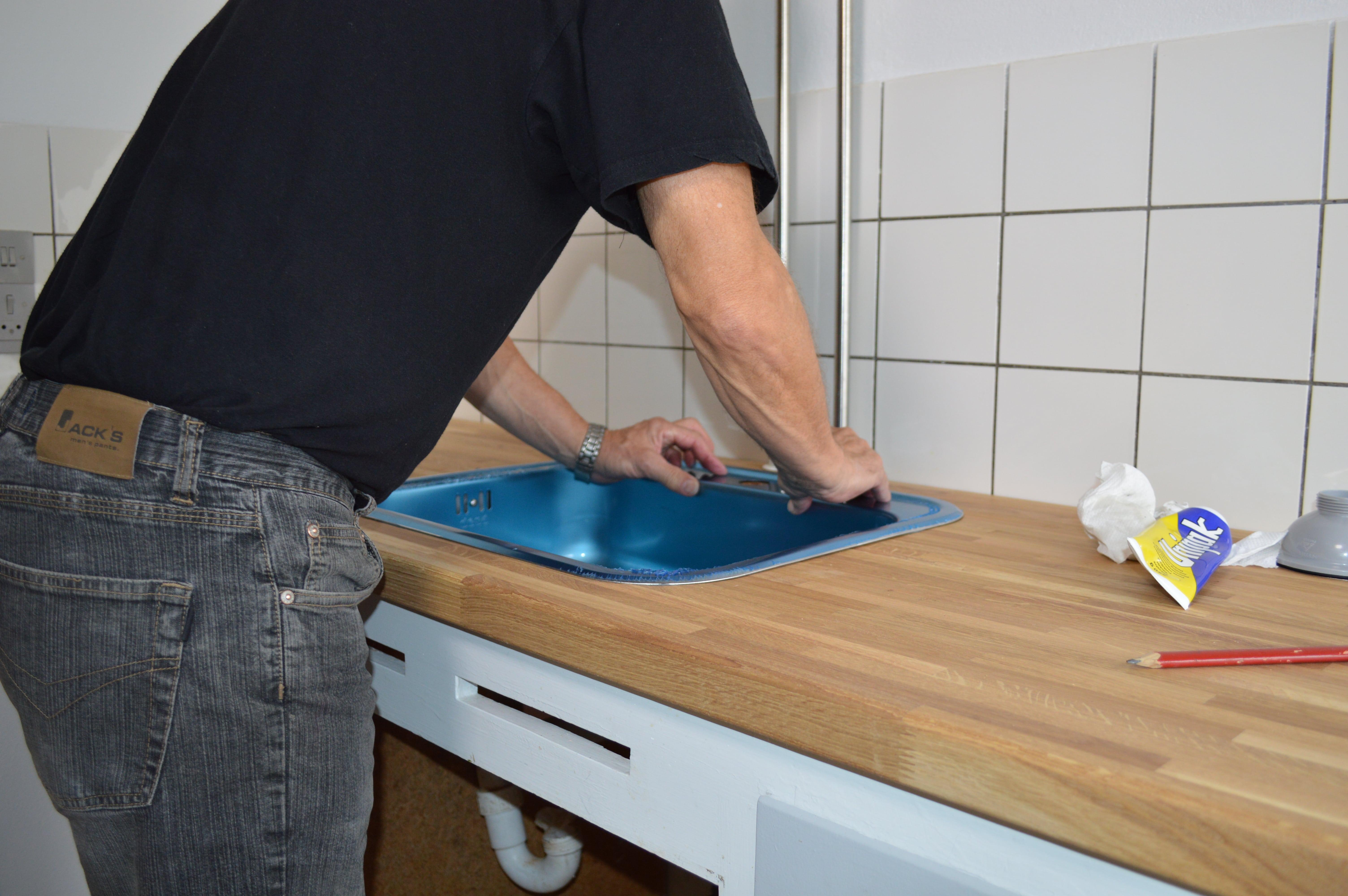 Sæt vasken ned i hullet og tryk den godt fast