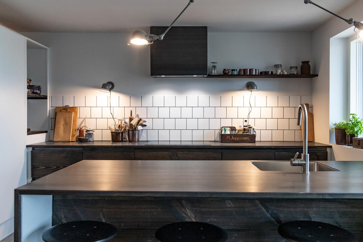 Lourdes og Nicolais køkken med douglasplanker fra Nybyggerne sæson 5