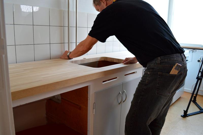 Placer bordpladen på køkkenelementerne