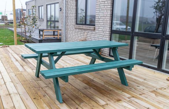 Lourdes og Nicolai fra Nybyggerne sæson 5 har malet deres bord-bænkesæt med træbeskyttelse fra GORI