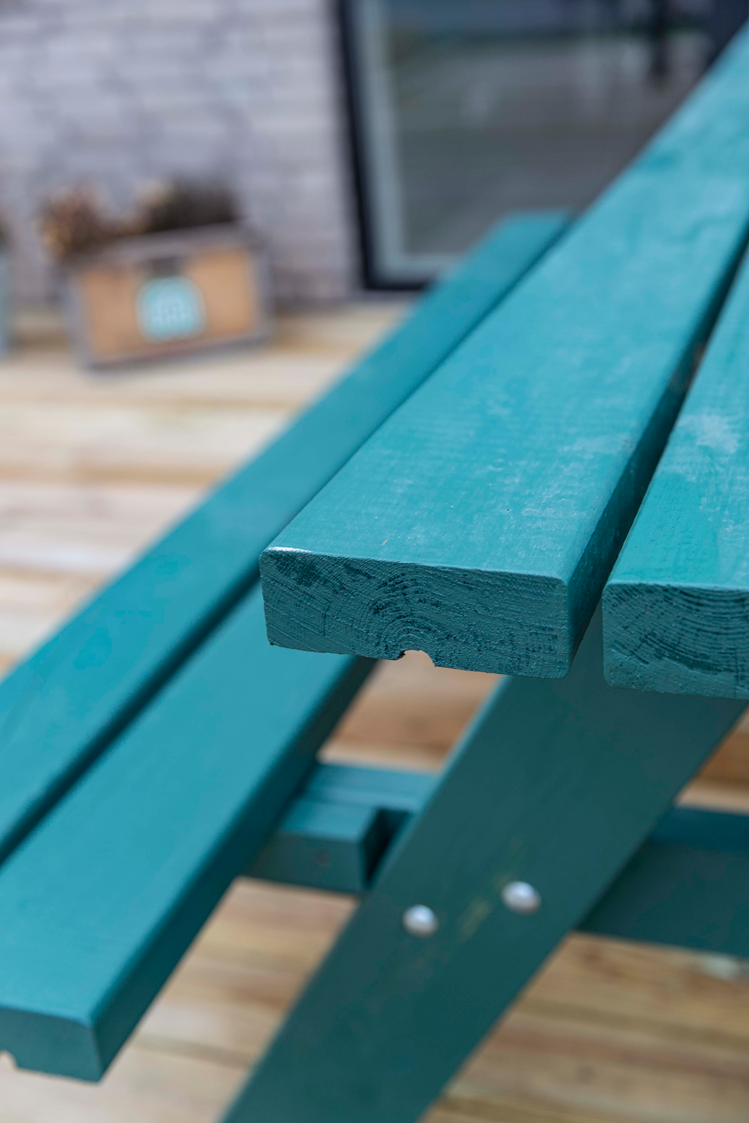 Grønt bord-bænkesæt i haven hos Grønt hus, Nybyggerne sæson 5