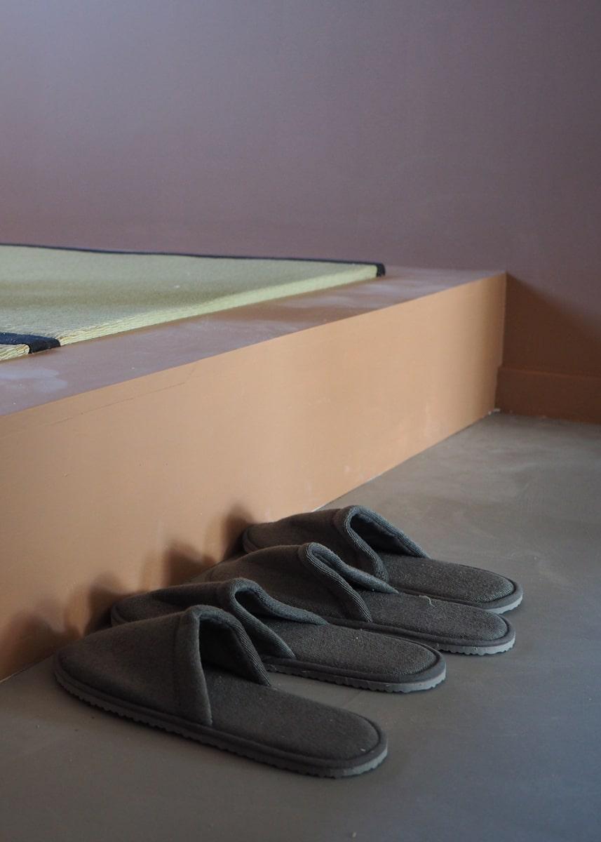 Tøfler i tatami-rum