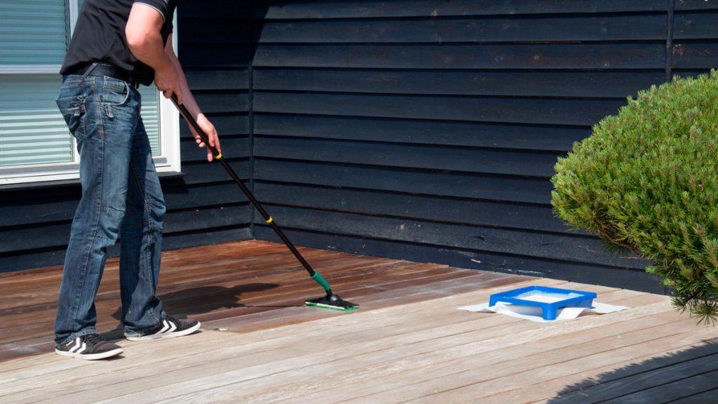 Behandling af træterrasse med terrasseolie