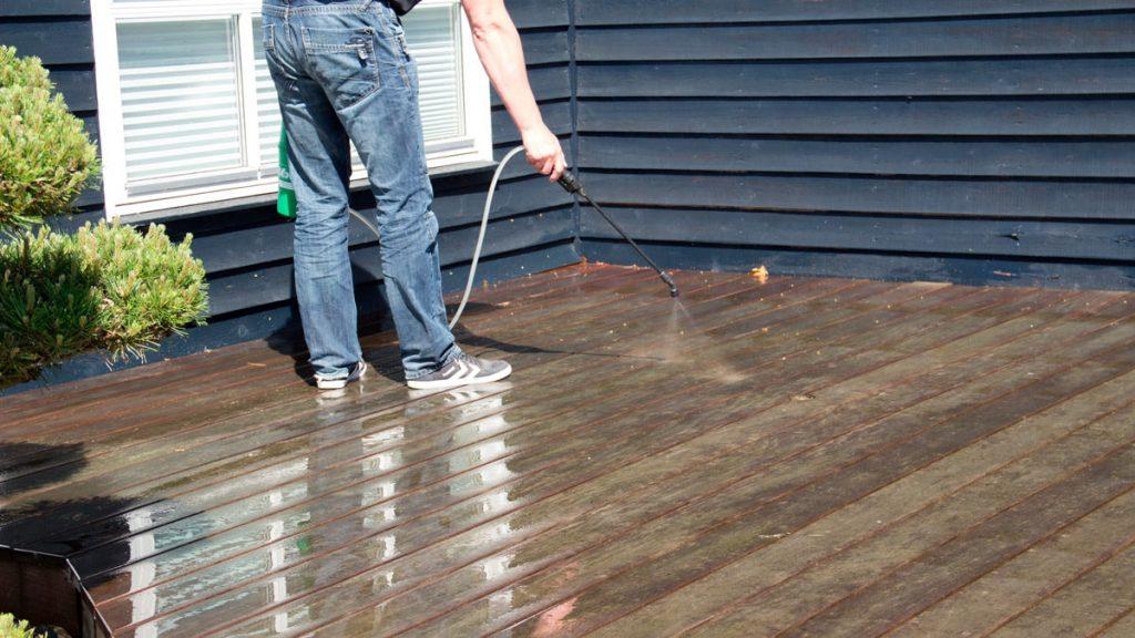 Rengøring af træterrasse med terrasserens